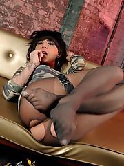 Big cocked brunette Kelly posing in pantyhose