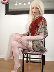 I almost didn`t recognize Gina Ferrara.Va-va-va-VOOM! Now as a blonde, Gina still looks fantastic and sexy.