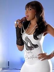 Black TS hotness Sexxxy Jade posing
