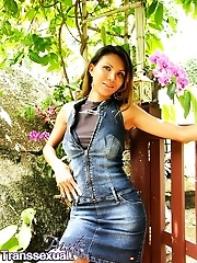 Jeje jerks off in her garden