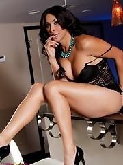 Stunning transsexual Vaniity stripping in kitchen